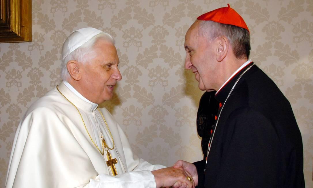 Em 2007, cardeal Bergoglio se reuniu com Papa Bento XVI, quem acabaria sucedendo anos depois AP