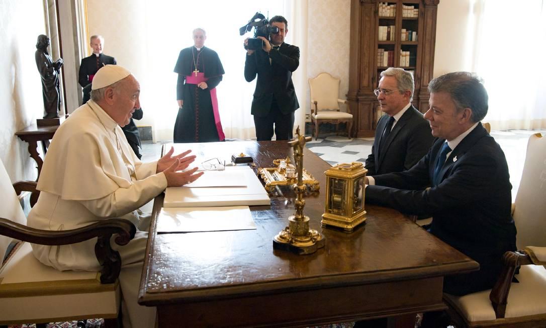Neste mês, Papa Francisco mediou um encontro entre o atual presidente da Colômbia, Juan Manuel Santos, e seu opositor e ex-presidente, Alvaro Uribe, na intenção de promover o acordo de paz com as Farc Osservatore Romano / AP