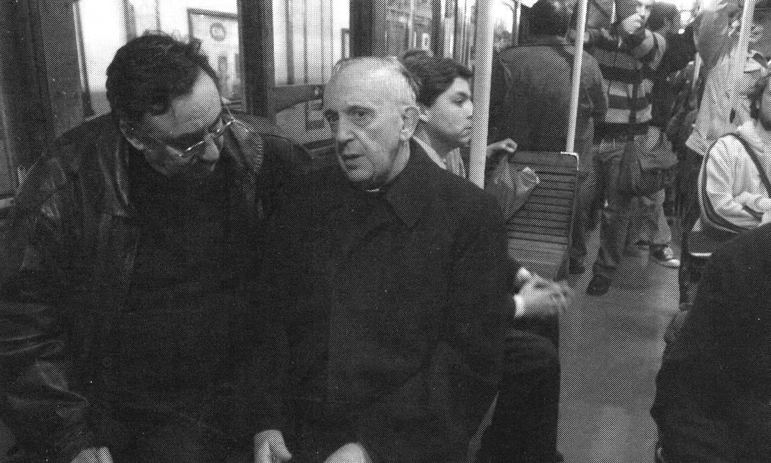 Bergoglio conversa com um homem no metrô de Buenos Aires. Humildade é um dos principais valores pregados pelo religioso, que é franciscano Sergio Rubin / AP