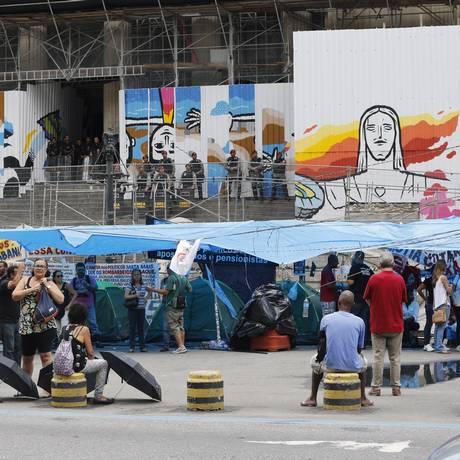 Crise no Rio. Servidores públicos acampam em frente à Alerj. Teto de gastos só resolverá desequilíbrio a médio prazo Foto: Domingos Peixoto / Agência O Globo
