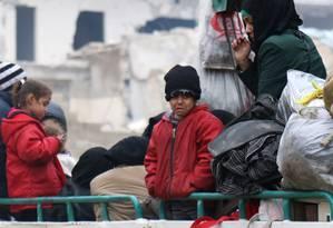 Criança chora enquanto espera retirada em Aleppo Foto: ABDALRHMAN ISMAIL / REUTERS