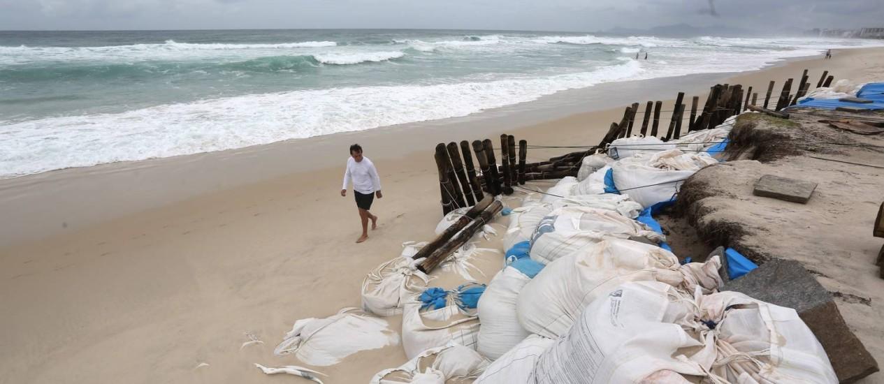 Na Barra, quiosques montaram barreiras para tentar evitar entrada do mar: faixa de areia diminuiu quase 80 metros Foto: Custódio Coimbra / Agência O Globo