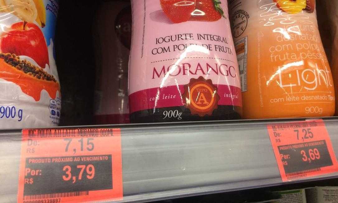 6847dc1b7956d Supermercado no Rio faz promoções de produtos próximos de vencer, deixando  essa informação clara para
