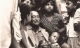 Arraes, aqui retratado entre jovens e crianças, é personagem decisivo na redemocratização do país; ele se filiou ao MDB 15 dias após retornar do exílio