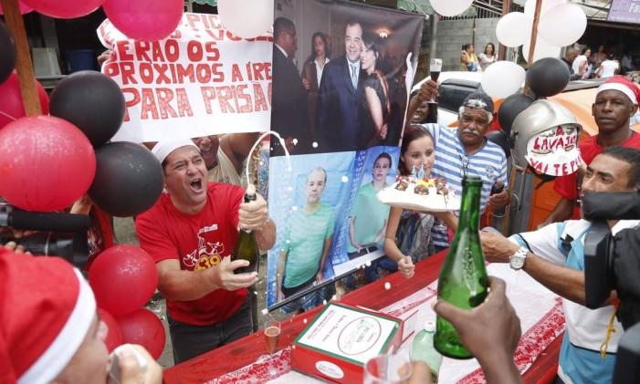 Manifestantes comemoram um mês de Cabral na prisão, em frente ao Complexo Penitenciário de Bangu, onde o ex-governador está preso Foto: Marcelo Carnaval / Agência O Globo