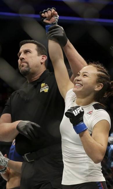 Michelle Waterson tem o braço erguido pelo árbitro John McCarthy após finalizar Paige VanZant no UFC em Sacramento, Califórnia Jeff Chiu / AP