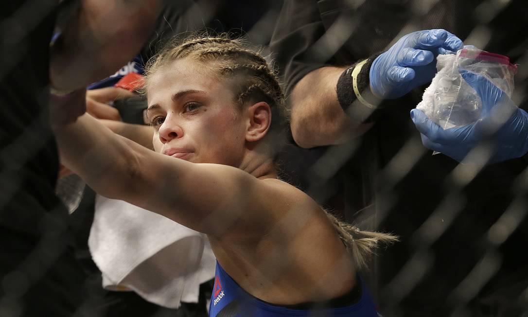 Paige VanZant desolada com a derrota no round inicial para Michelle Waterson no UFC Fight Night em Sacramento Jeff Chiu / AP