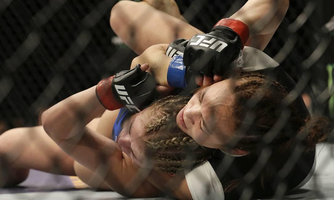 Michelle Waterson aplica o estrangulamento sobre Paige VanZant na vitória por finalização no primeiro round no UFC em Sacramento (Califórnia): adversária 'apagou' Jeff Chiu / AP