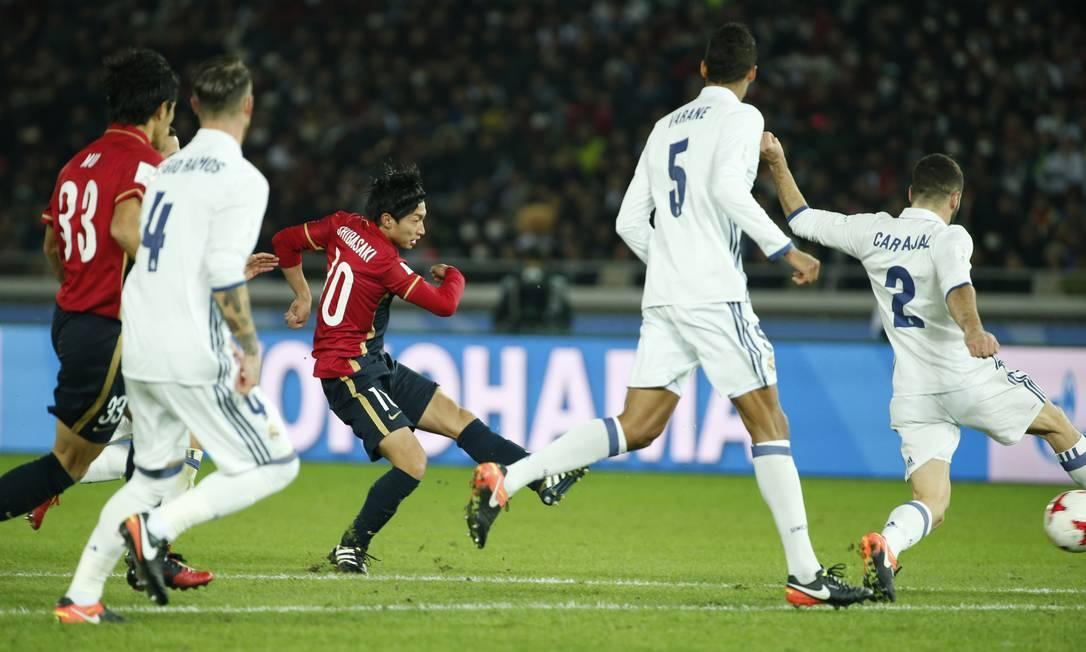 Real Madrid x Kashima Antlers: Gaku Shibasaki marca o segundo gol do time japonês, cuja atuação surpreendeu o Real Madrid na decisão do Mundial de Clubes da Fifa Reuters / Toru Hanai / REUTERS
