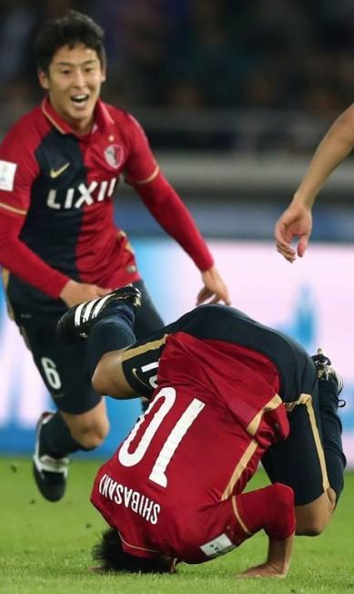Shibasaki dá uma cambalhota para comemorar gol do Kashima sobre o Real na decisão do Mundial de Clubes da Fifa BEHROUZ MEHRI / AFP