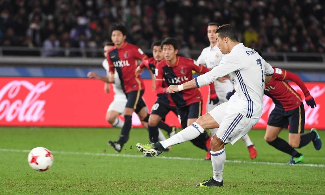 Cristiano Ronaldo bate o pênalti e empata o jogo para o Real Madrid contra o Kashima Antlers: 2 a 2 Foto: TOSHIFUMI KITAMURA / AFP