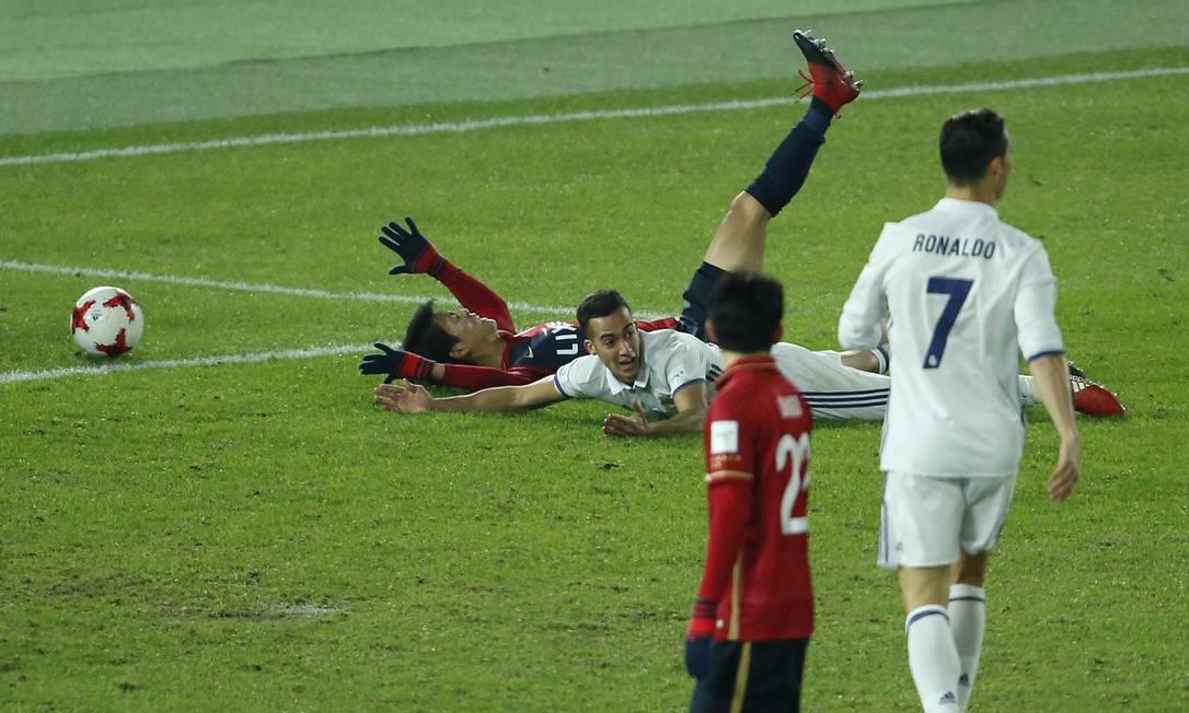 Lucas Vazquez, no chão, olha para o árbitro e pede pênalti, que foi marcado Reuters / Issei Kato / REUTERS