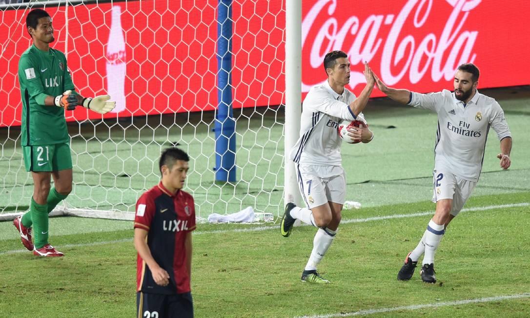 Cristiano Ronaldo pega a bola para levar até o meio: gol do craque português botou o Real Madrid de novo no jogo, ao empatar com o Kashima no tempo normal TORU YAMANAKA / AFP