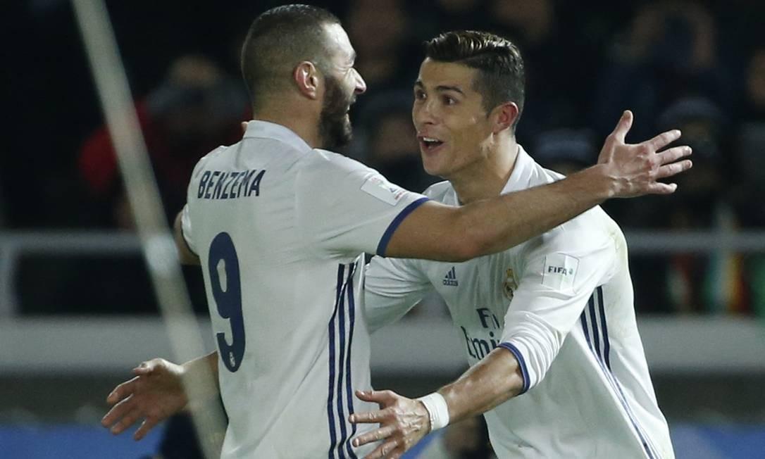 Cristiano Ronaldo recebe o abraço de Benzema, autor do passe para o português marcar um de seus gols Foto: Reuters / Toru Hanai / REUTERS