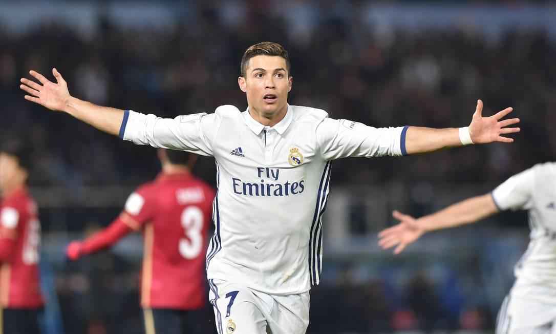 Cristiano Ronaldo abre os braços e comemora: artilheiro do Mundial de Clubes de 2016 foi decisivo na final, com três gols pelo Real Madrid sobre o Kashima Antlers, em Yokohama KAZUHIRO NOGI / AFP