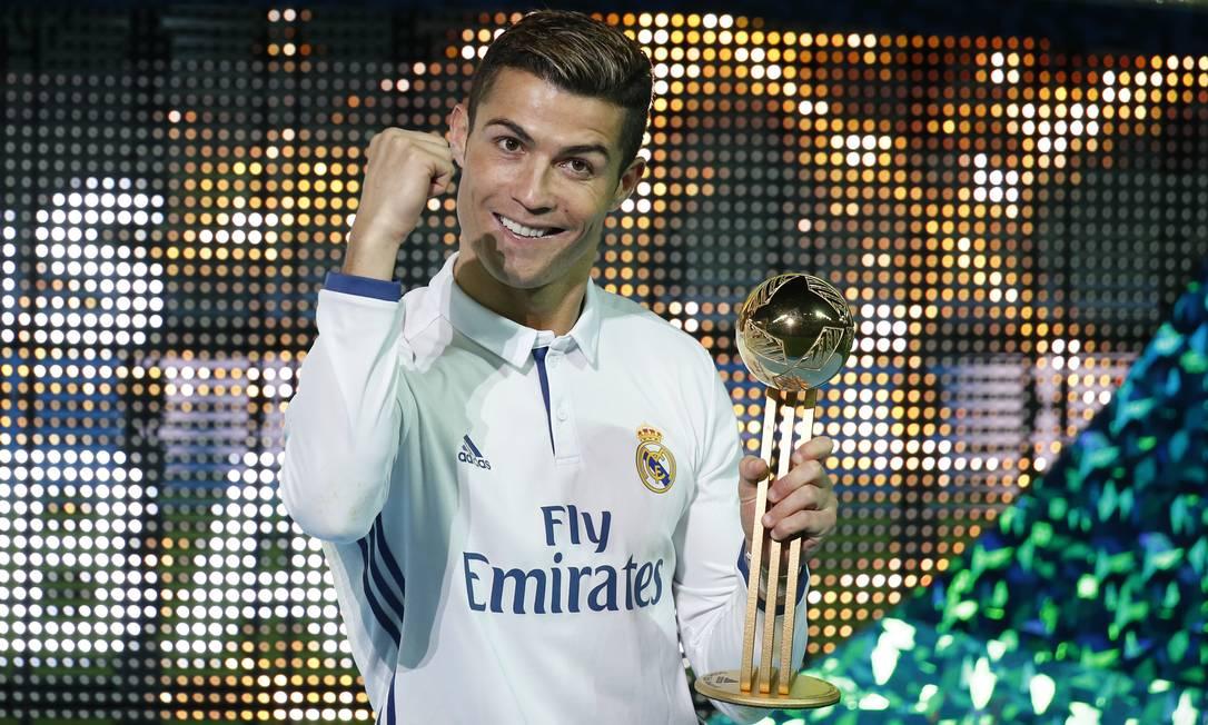 Cristiano Ronaldo comemora o título mundial do Real Madrid e o troféu de melhor jogador da final contra o Kashima Antlers, em Yokohama Reuters / Kim Kyung-Hoon / REUTERS