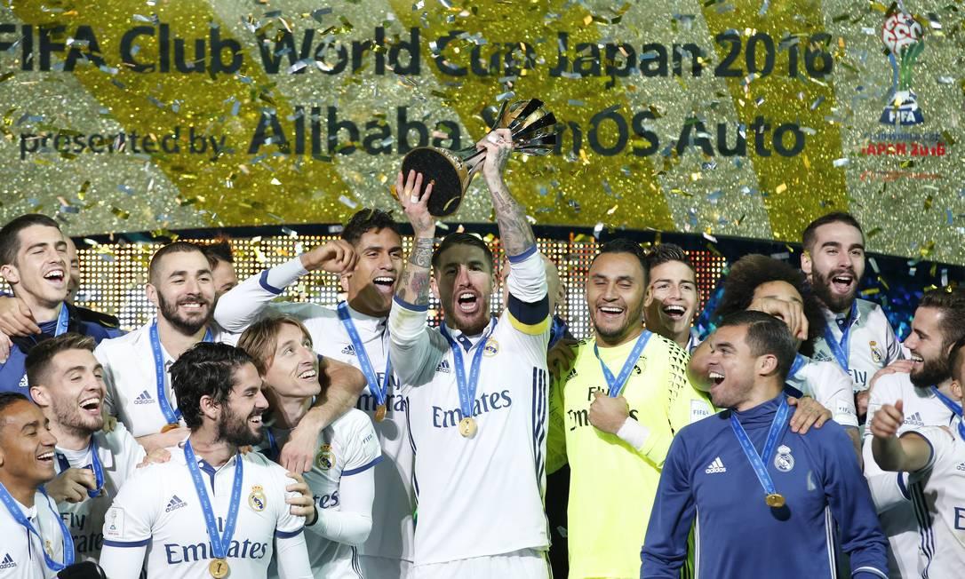 O capitão Sérgio Ramos ergue o troféu de campeão do mundo: Real Madrid conquistou o torneio pela 5ª vez e se tornou o maior ganhador da história Reuters / Kim Kyung-Hoon / REUTERS