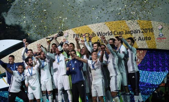 O time do Real Madrid festeja em Yokohama o pentacampeonato mundial de clubes Foto: BEHROUZ MEHRI / AFP