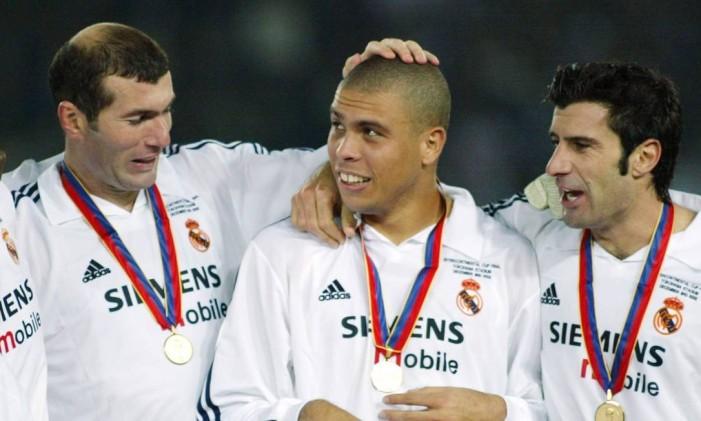 Real Madrid campeão do mundo em 2002, no formato antigo da competição, quando havia apenas o jogo entre os representantes da Europa e da América do Sul. Zidane faz carinho em Ronaldo Fenômeno, abraçado por Figo Foto: Kimimasa Mayama / Reuters