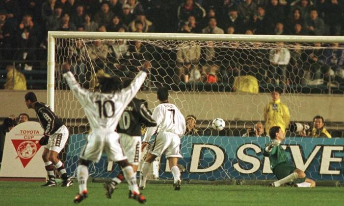 Seedorf (10) ergue os braços para comemorar o primeiro gol do Real Madrid nos 2 a 1 sobre o Vasco, na final do Mundial de Clubes de 1998 Foto: Ivo Gonzalez / Agência O Globo