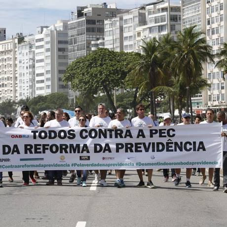 Ato. Manifestação contra a reforma da previdência na Praia de Copacabana Foto: Marcelo Carnaval / Agência O Globo