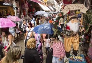 Na Saara, as ruas estavam cheias, mas as lojas enfrentavam dificuldades para vender. Expectativa é manter o mesmo nível de vendas de 2015 Foto: Ana Branco
