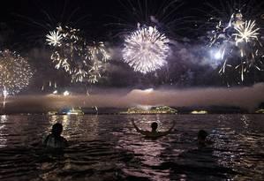 Pessoas comemoram a virada do ano na Praia de Copacabana Foto: Daniel Marenco em 01/01/2016 / O Globo