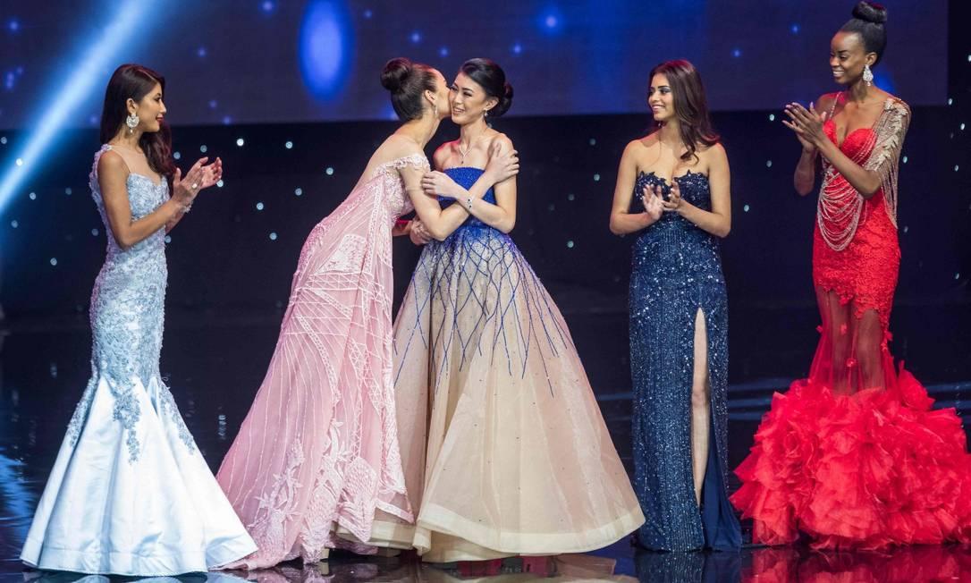 A miss Filipinas Elisa Gray (segunda à esquerda) beija a miss Indonésia Natasha Mannuela, que ficou com o terceiro lugar ZACH GIBSON / AFP