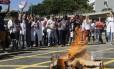 Manifestantes queimam bonecos de Cabral e de Picciani