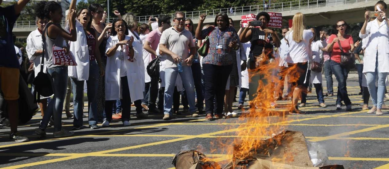Manifestantes queimam bonecos de Cabral e de Picciani Foto: Gabriel de Paiva / O Globo