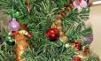 Serpente-tigre se escondeu entre os enfeites da árvore de Natal em casa na Austrália