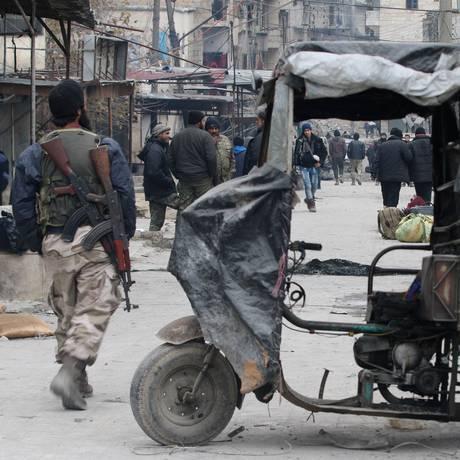 Rebeldes caminham pelo Leste de Aleppo, na Síria Foto: ABDALRHMAN ISMAIL / REUTERS
