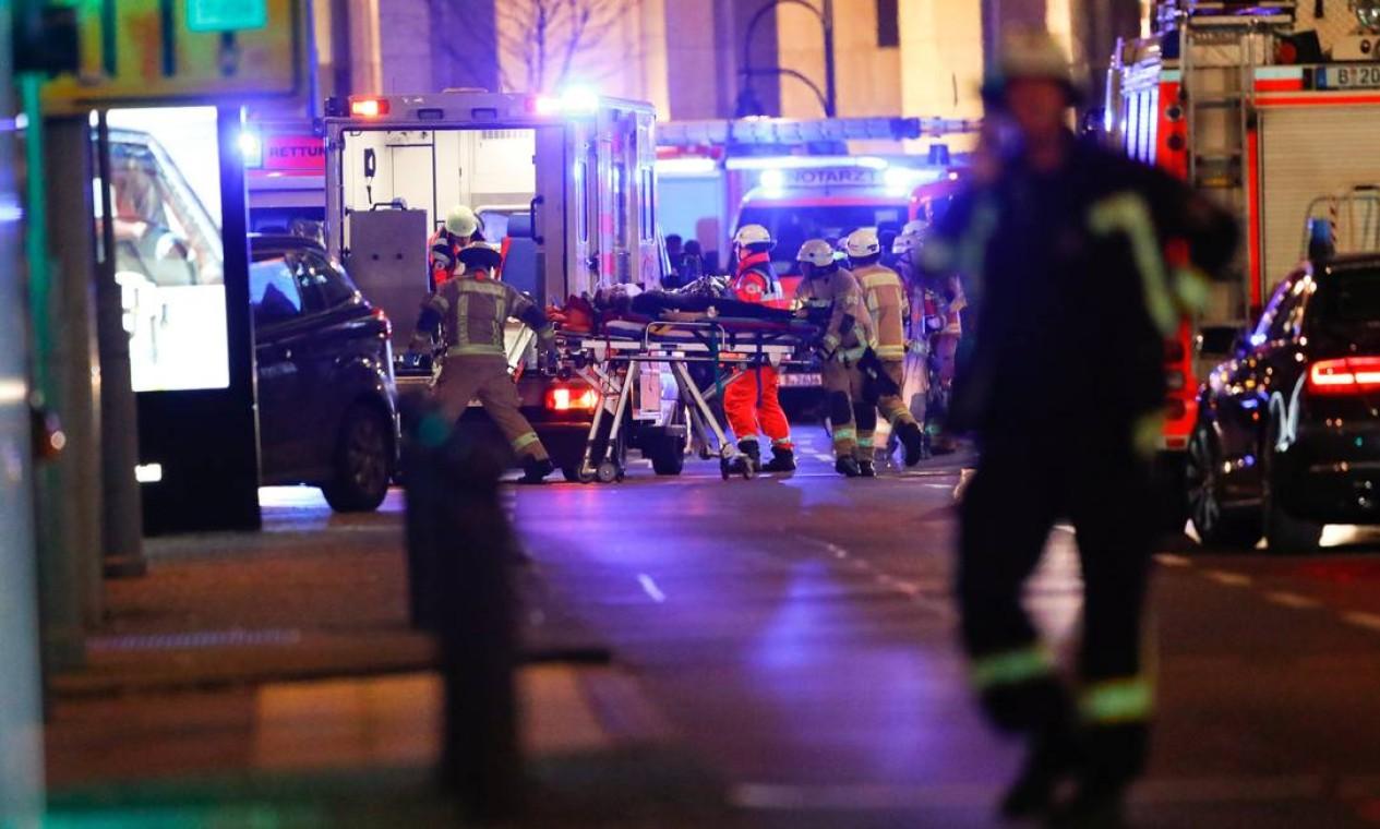 Paramédicos removem feridos. O caso está sendo investigado como ato terrorista Foto: FABRIZIO BENSCH / REUTERS