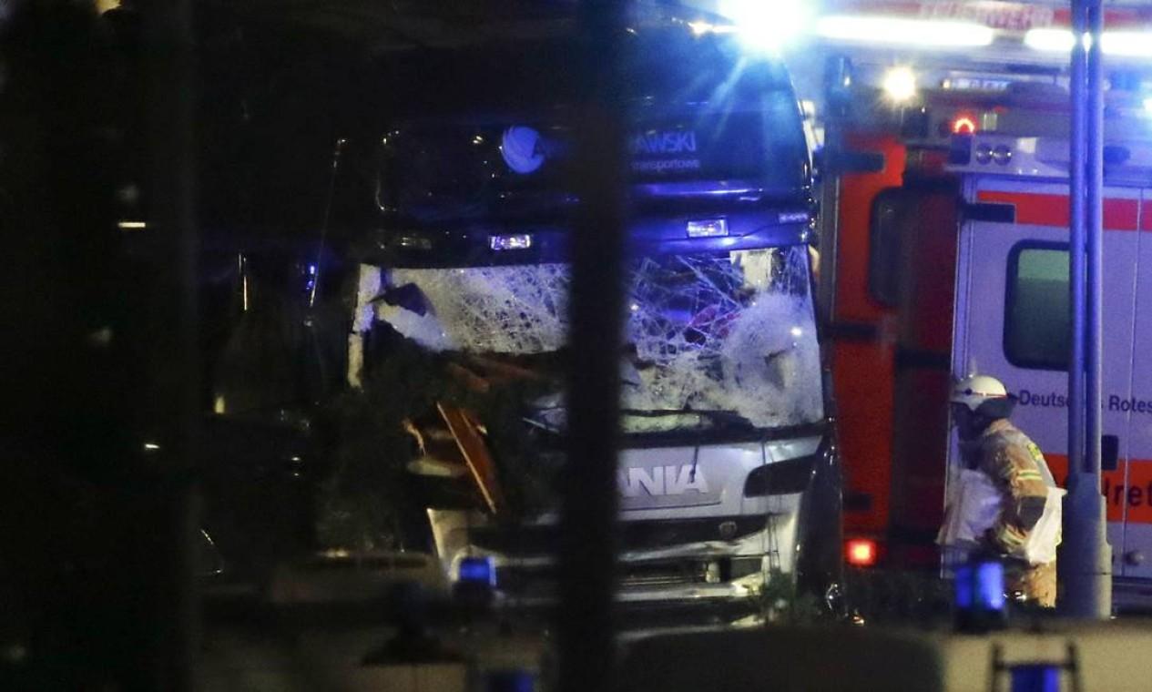 Bombeiro passa pelo caminhão. Caso ocorreu perto da Avenida Kurfuerstendamm, uma das principais da cidade Foto: FABRIZIO BENSCH / REUTERS
