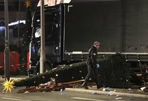 Policial investiga cena de invasão de caminhão em mercado natalino em Berlim Foto: Michael Sohn / AP