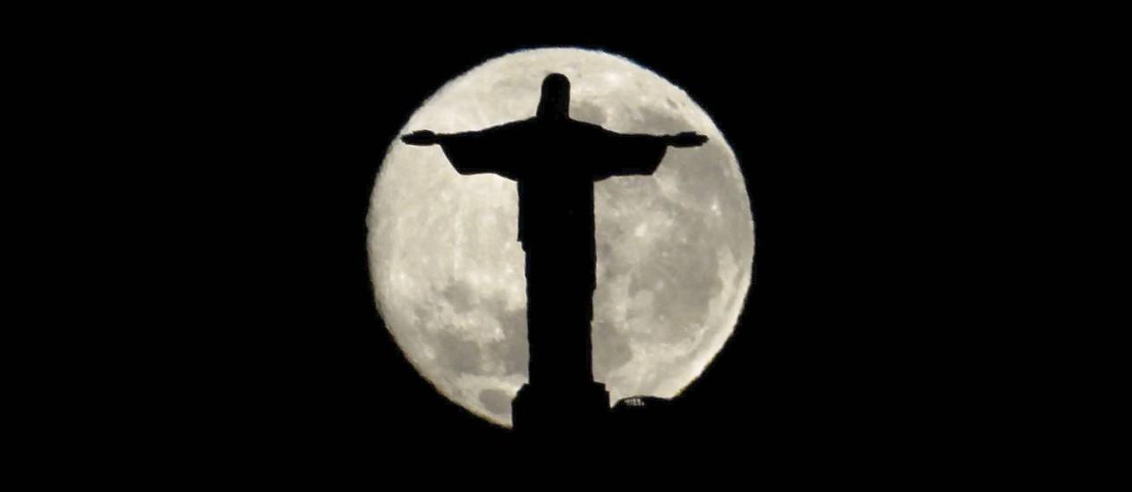 O Cristo Redentor num dia de lua cheia Foto: Custodio Coimbra - 24/08/2010 / Agência O Globo