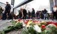 Alemães levam flores a tributo a vítimas de atentado terrorista em mercado de Berlim