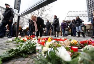 Alemães levam flores a tributo a vítimas de atentado terrorista em mercado de Berlim Foto: PAWEL KOPCZYNSKI / REUTERS