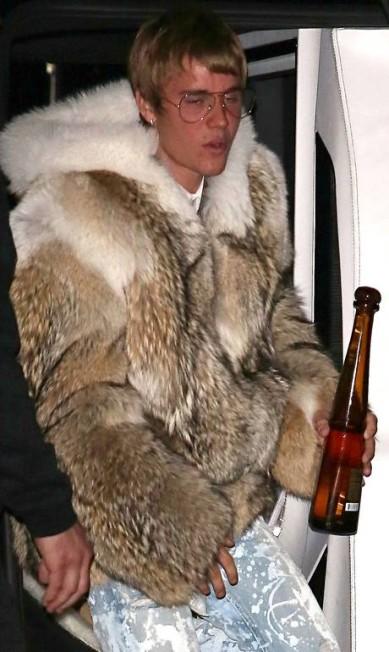 Justin Bieber ousou até para os seus padrões. Na noite desta segunda-feira, o cantor canadense, de 22 anos, usou um casaco de pele pesado e extravagante durante uma aparição em Los Angeles AKMG / AKM-GSI