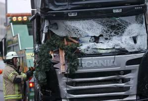 Bombeiro trabalha em caminhão usado para ataque terrorista em mercado de Berlim Foto: HANNIBAL HANSCHKE / REUTERS