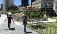 Frequentadores da Orla Conde não podem usar parte da praça localizada no Largo da Candelária, que foi cercada por grades pela Marinha