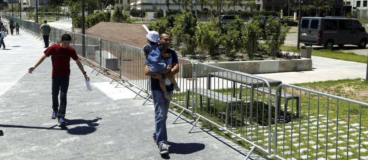 Frequentadores da Orla Conde não podem usar parte da praça localizada no Largo da Candelária, que foi cercada por grades pela Marinha Foto: Agência O Globo