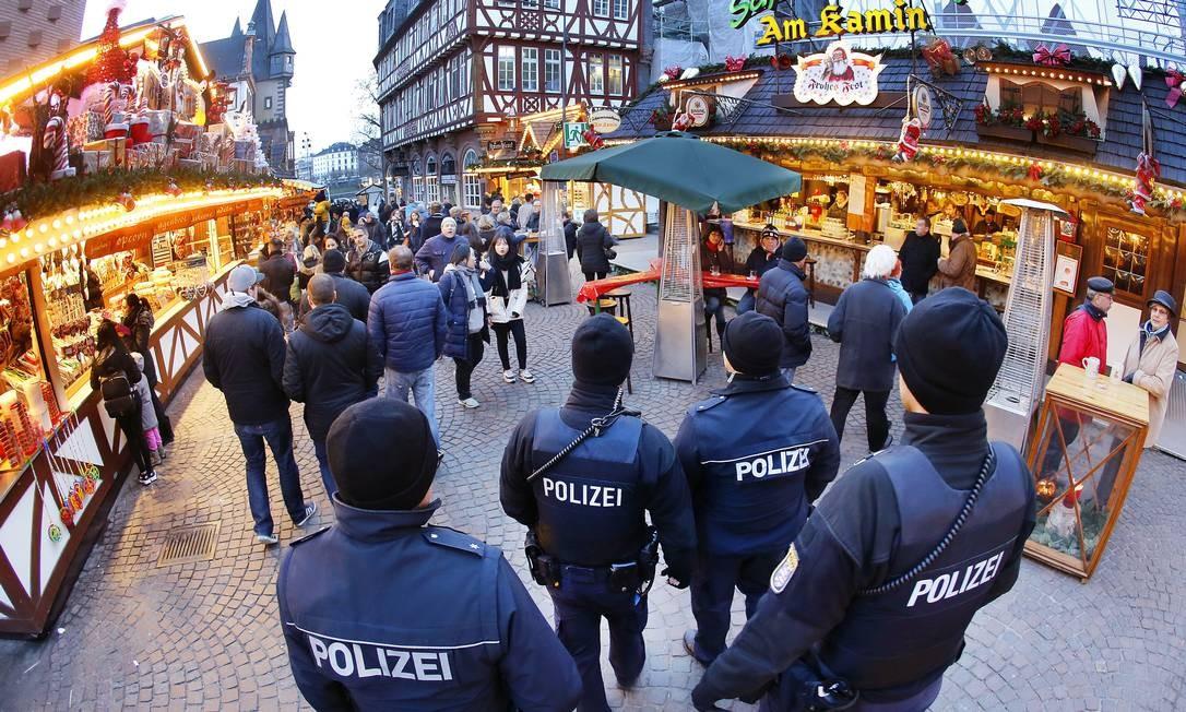 Em Frankfurt, um mercado similar ao atingido em Berlim também recebe reforço Foto: Michael Probst / AP