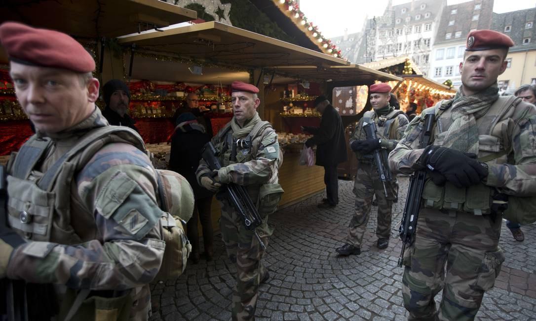 Também na França, policiais patrulham feira em Estrasburgo: país vive em estado elevado de alerta de segurança Foto: Jean-Francois Badias / AP