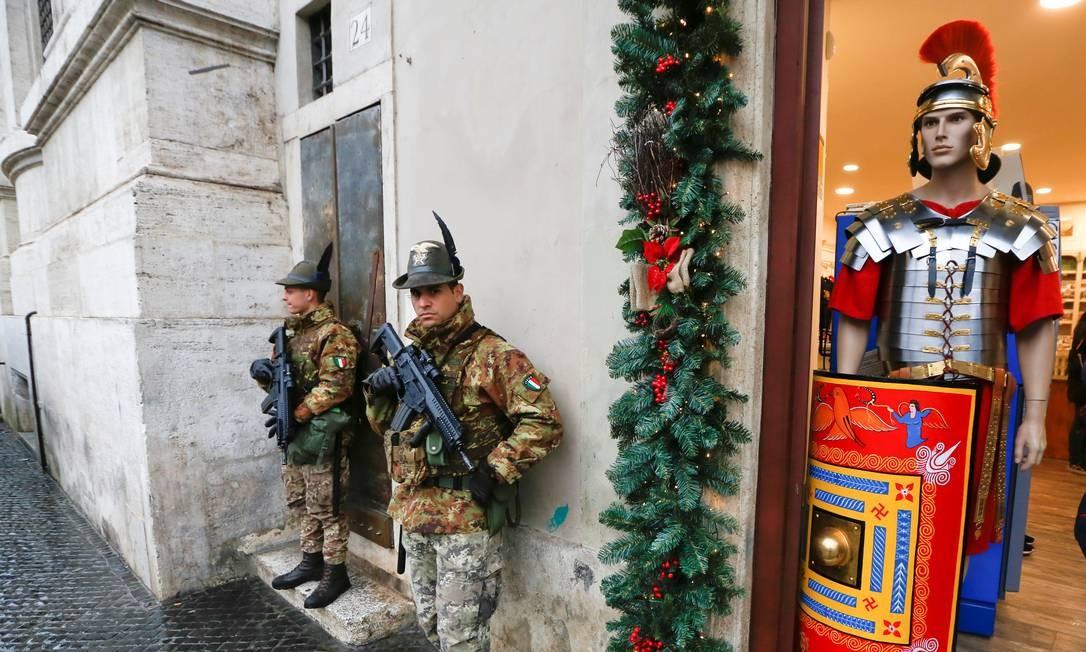 Na Praça Navona, ponto de encontro tradicional em Roma, soldados reforçaram efetivos nas ruas Foto: TONY GENTILE / REUTERS