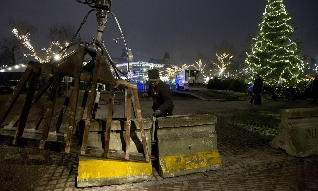 Autoridades montaram barreiras de concreto em Amsterdã para evitar possíveis ataques com veículos Foto: Peter Dejong / AP