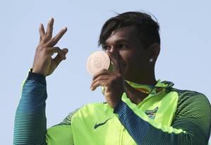 Isaquias Queiroz exibe sua terceira medalha na Olimpíada do Rio: número de pódios é um dos critérios para distribuição de recursos da Lei Agnelo Piva Foto: MARCOS BRINDICCI / Reuters