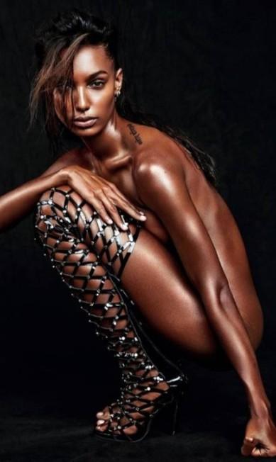 Uma das mais novas modelos a integrar o time das 'angels' da Victoria's Secret, a top americana Jasmine Tookes foi escolhida para carregar o fantasy bra (o sutiã de US$ 3 milhões) no desfile da grife deste ano. Aqui, ela mostra todo seu poder de fogo num ensaio ultrasensual Reprodução Instagram