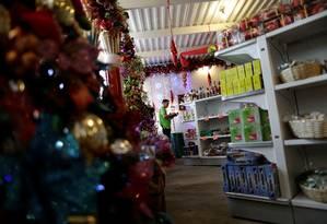 Homem faz compras dentro de loja em Caracas Foto: UESLEI MARCELINO / REUTERS