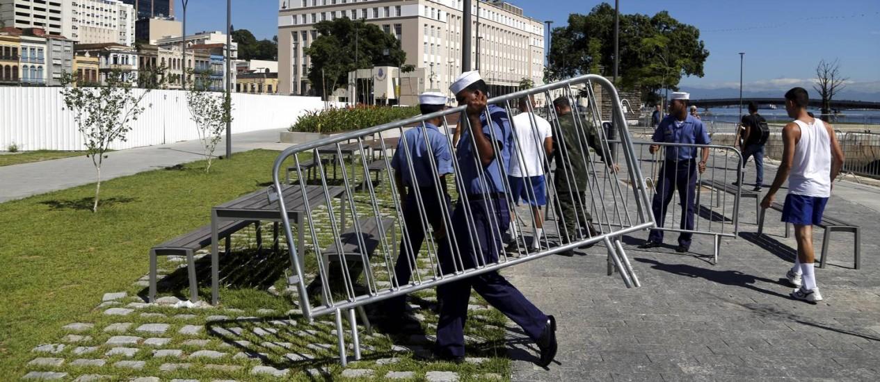 Militares da Marinha retiram grades da Orla Conde Foto: Gabriel de Paiva / O Globo